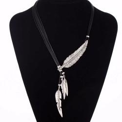 Collier noir avec plume argentée